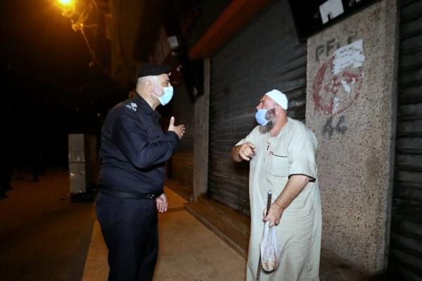 شاهد: الشرطة تتابع التزام المواطنين وأصحاب المحلات بقرار حظر التجول بمحافظة الشمال ليلاً