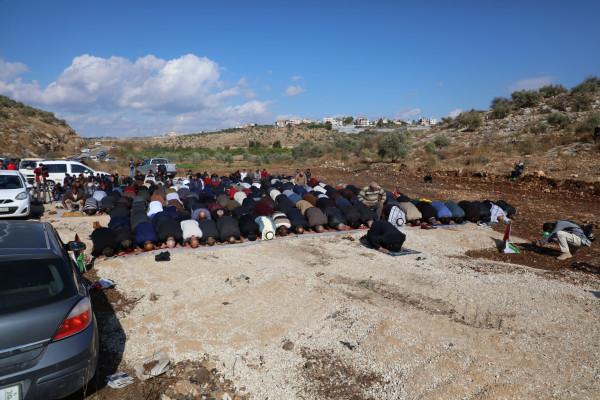 """طولكرم: عشرات المواطنين يؤدون """"الجمعة"""" بأراضيهم المهددة بالاستيلاء جنوب المدينة"""