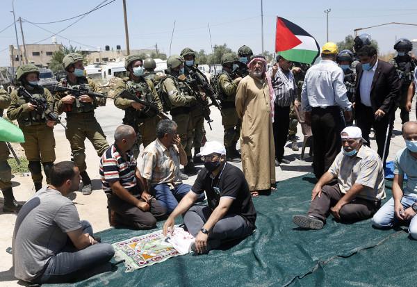 قوات الاحتلال تمنع أهالي قرية حارس من الوصول لأراضيهم المهددة بالاستيلاء عليها