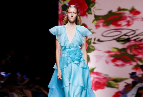 صور فساتين خطوبة مميزة باللون الأزرق لعروس 2020