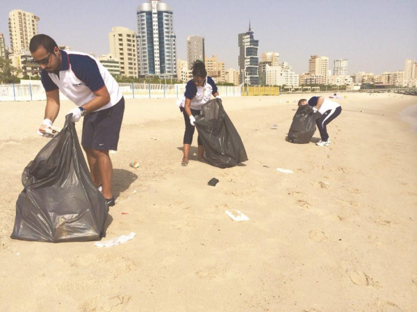 متطوعون كويتيون وأجانب يشاركون في حملة لتنظيف الكويت