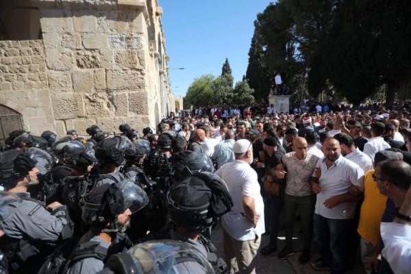 قوات الاحتلال تعتقل شابين وتمنع مصلين من دخول الأقصى