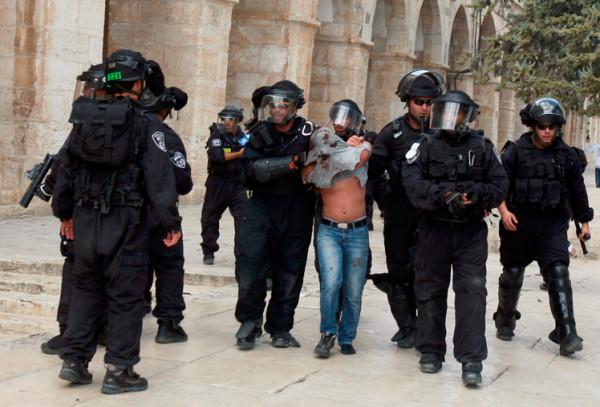 الاحتلال يُبعد شاباً عن الأقصى ويحتجز آخرين في البلدة القديمة