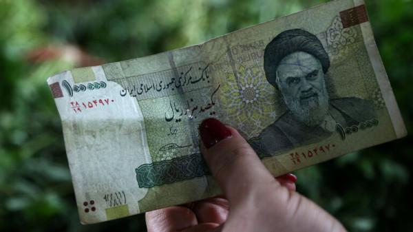 الريال الإيراني يهبط إلى مستوى قياسي جديد