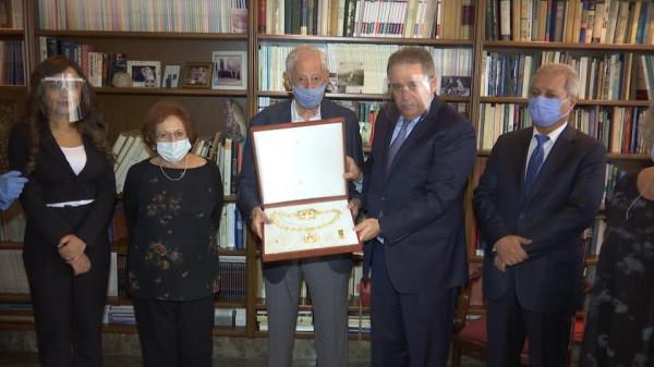 السفير دبور يسلم عائلة العالم الراحل انطوان زحلان وسام قلادة الكنعانيين الكبرى