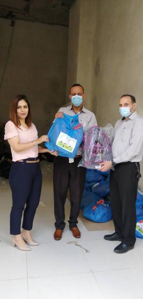 تنمية رام الله والحركة العالمية للدفاع عن الأطفال توزعان حقائب مدرسية وقرطاسية