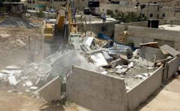الاحتلال يُخطر بهدم منزل ويُصور ثلاثة أخرى في يطا جنوب الخليل