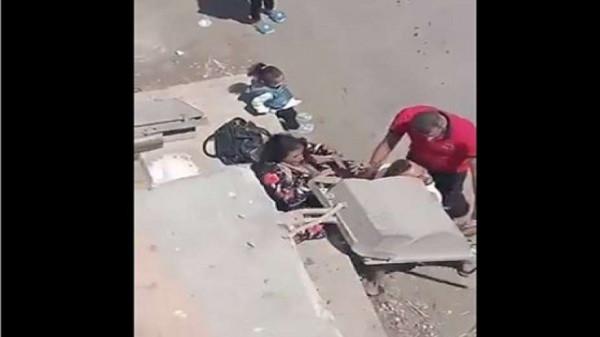 شاهد: رجل يبرح زوجته ضربًا أمام أطفاله