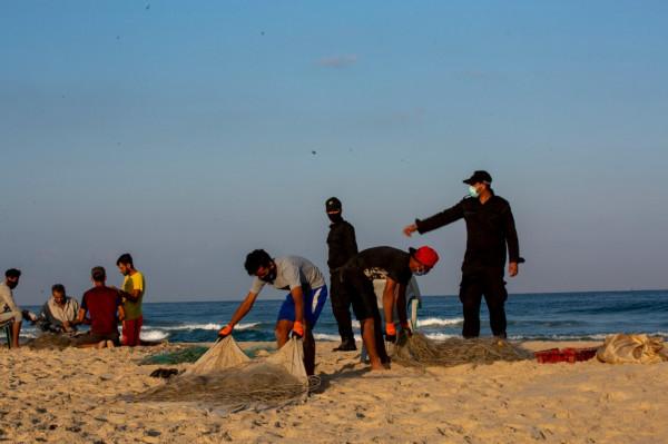 """صور: """"البحرية"""" تواصل متابعة عمل الصيادين وإغلاق شاطئ البحر"""