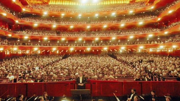 (أوبرا متروبوليتان) في نيويورك تأْسَف لجمهورها بسبب (كورونا): سنغلق لعام آخر