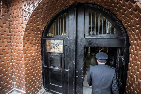 """شاهد: الضابط المصري المقتول بحادثة سجن طرة """"يأكل ثعباناً حياً"""""""