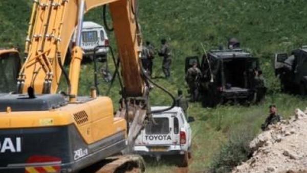 الاحتلال يوقف العمل في خط مياه ويحتجز عمالا ويصادر مركبة في عاطوف