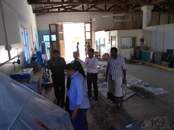 """فريق فني من وزارة الأشغال العامة يزور مختبر """"لاب تست"""" في المكلا"""