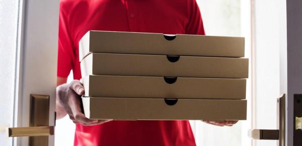 شاهد: موقفٌ مؤثّر.. مفاجأة لموظّف توصيل بيتزا بسنّ الـ 89 عاماً