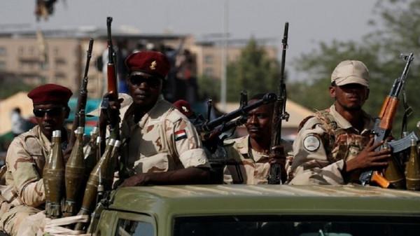 """الجيش السوداني يتلف 300 ألف قطعة سلاح مصادرة في """"حجر العسل"""""""