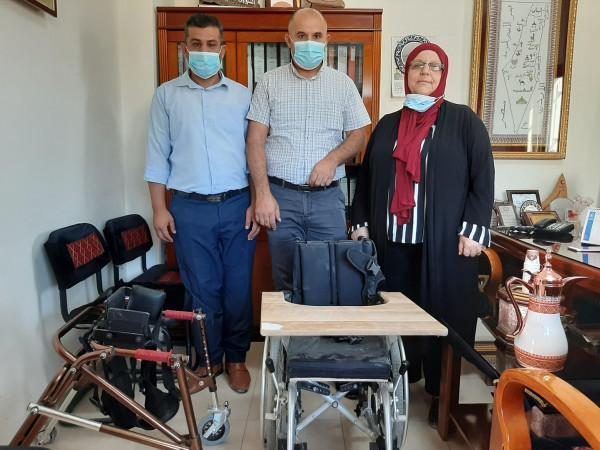 تنمية يطا تسلم كرسي متحرك لمركزبلدية السموع