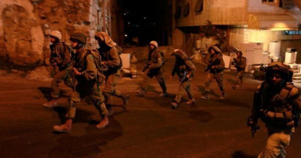 قوات الاحتلال تعتقل عدداً من المواطنين وتستولي على مركبتين في الخليل