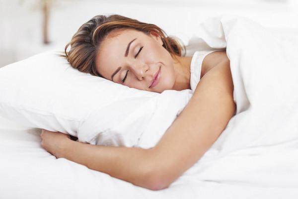 للبنات.. وضعيات نوم لتقليل تشنجات الدورة الشهرية
