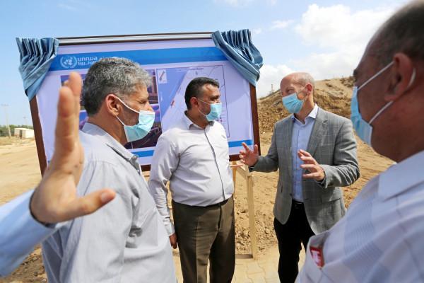 بلدية دير البلح ووكالة الغوث تفتتحان مشروع العمارات السكنية لسكان مخيم دير البلح