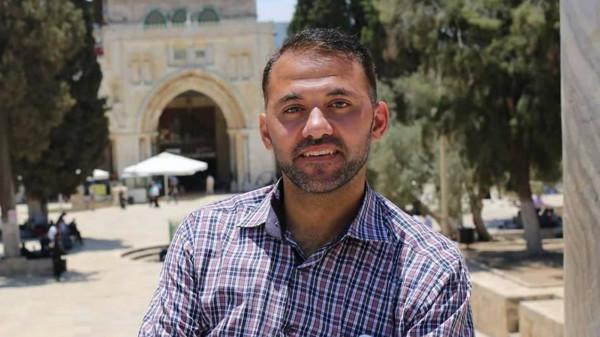 الاحتلال ينقل الصحفي طارق أبو زيد للتحقيق في مركز (بتاح تكفا)