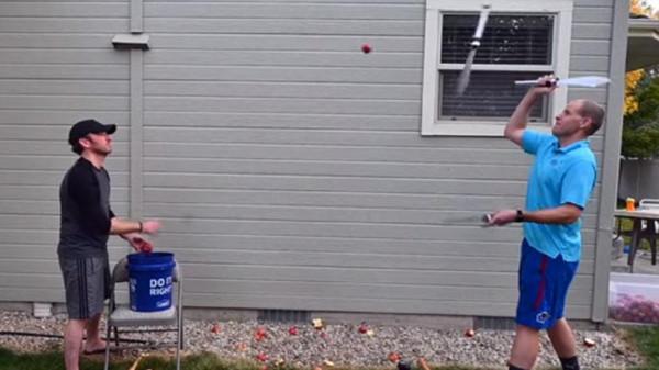محطما رقما قياسيا.. مواطن أمريكي يقطع 40 تفاحة مطوحا بالسكاكين في الهواء