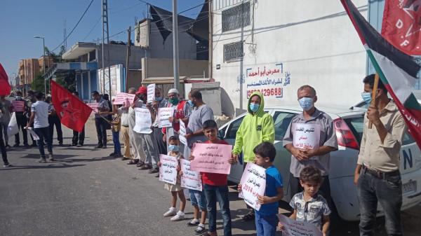 """وقفات احتجاجية أمام مراكز توزيع """"الأونروا"""" بغزة رفضاً لإجراءات الوكالة وتقليصاتها"""