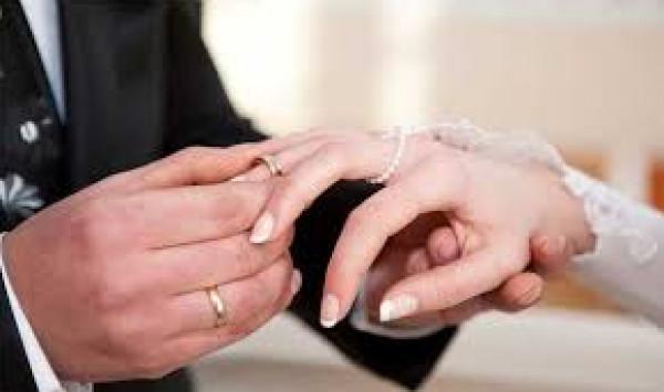 سيدة تقتحم حفل زفاف زوجها من أخرى