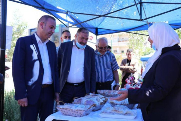 """رئيس بلدية الخليل يفتتح بازار """"أيادي مبدعة"""""""