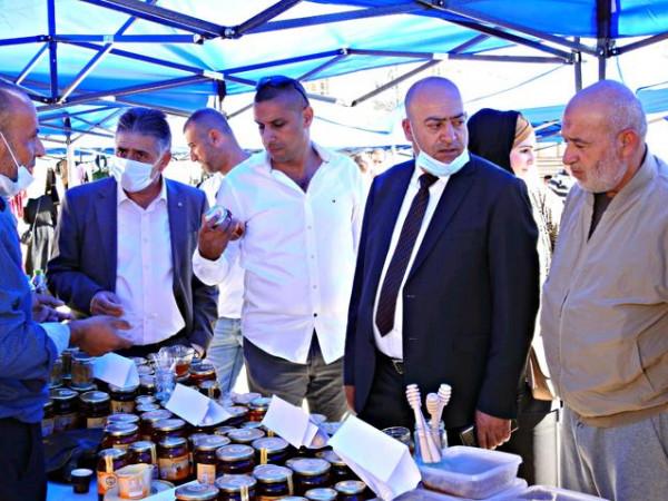 مدينة يطا تفتتح اليوم التسويقي للعنب والمنتجات الزراعية