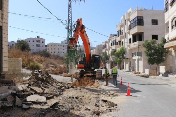 بلدية الخليل تشرع بتوسعة شبكة الصرف الصحي في منطقة واد الكرم المرتفعة