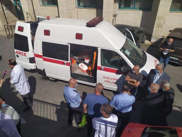 مستشفى الشهيد ثابت الحكومي يتسلم مركبة الإسعاف بتبرع من أهالي طولكرم