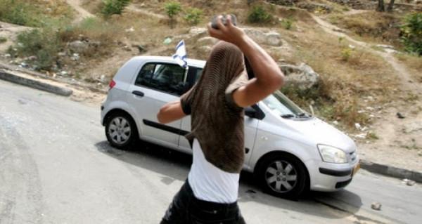 شبان يرشقون مركبات المستوطنين بالحجارة قرب الخليل