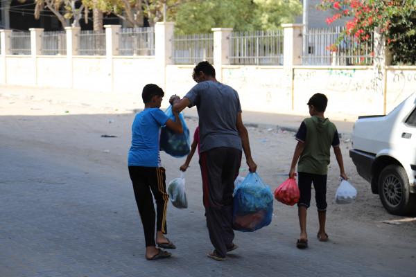 العمل الزراعي يوزع 400 طرد غذائي على الأسر المتضررة من كورونا بغزة