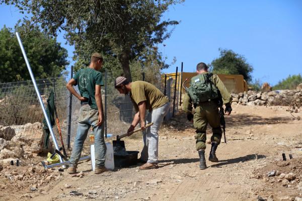 مستوطنون يعتدون على رعاة الماشية في منطقة الثعلة شرق يطا