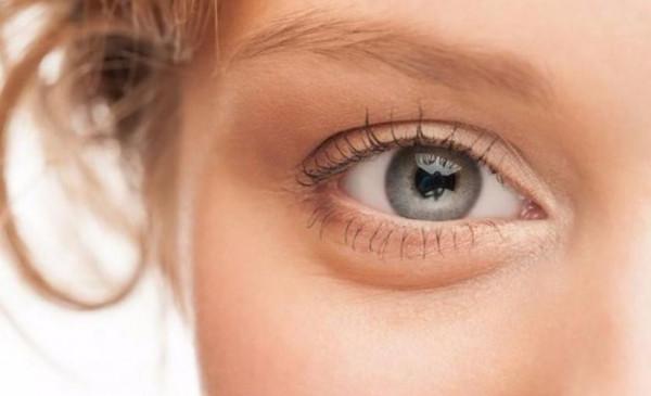 طريقة تدليك أكثر من سهلة لإزالة الانتفاخ تحت العينين في الصباح
