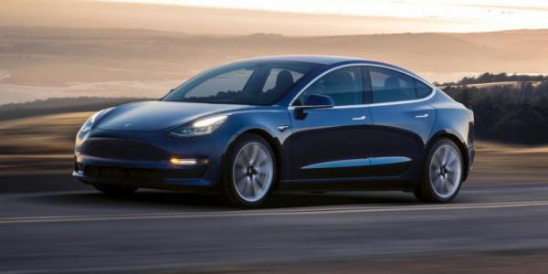 """في خطوة واحدة.. """"تسلا"""" تبتكر تقنية جديدة تحول السيارات إلى ذاتية القيادة"""