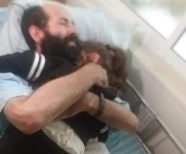 شاهد: الأسير ماهر الأخرس يحتضن طفلته بعد 91 يوماً من الإضراب