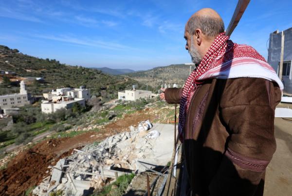 """الاحتلال يصور منزلاً و""""بركسات"""" في قرية الولجة شمال غرب بيت لحم"""