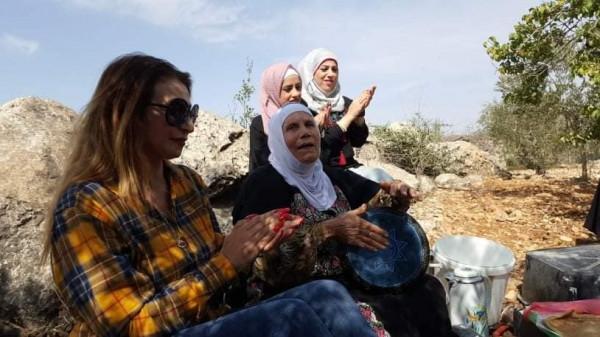 ادوار تحتفل باليوم الوطني بين اشجار الزيتون وعلى وقع اغنيات التراث الفلسطيني