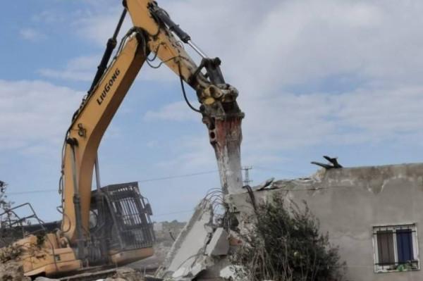 الاحتلال يهدم منزلاً في وادي الأعور جنوب الخليل