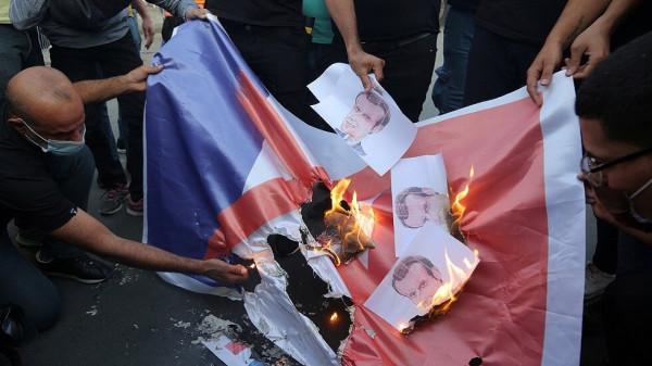 شاهد: متظاهرون في رام الله يحرقون العلم الفرنسي