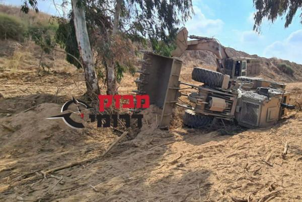 انقلاب جرافة لجيش الاحتلال عند السياج الحدودي لقطاع غزة