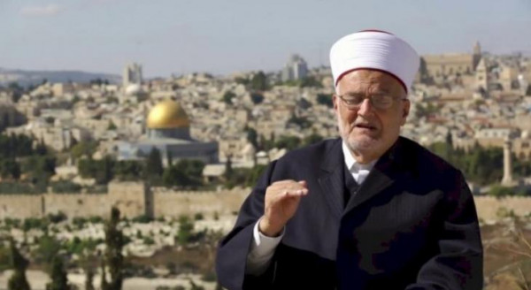 الاحتلال يعتقل شابًا مقدسيًا ويداهم منزل الشيخ عكرمة صبري