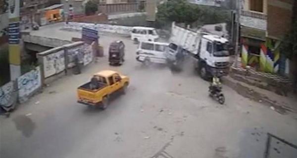 """فيديو لـ """"حادث سير"""" مروع في مصر يُدمي القلوب"""