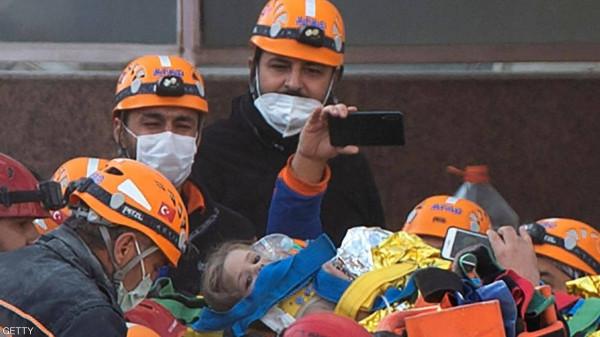 شاهد: انتشال طفلة على قيد الحياة من أنقاض زلزال أزمير