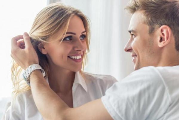 هل تتسائلين كيف تجعلين شريكك يشتاق إليك.. هذه بعض الحيل