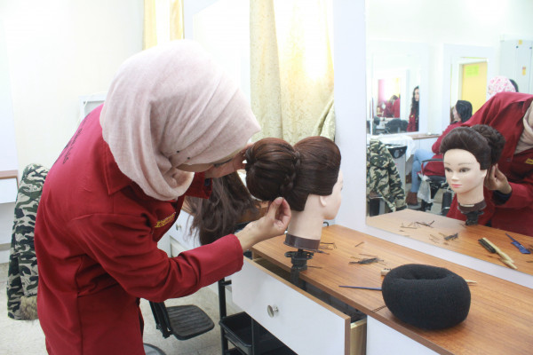 دبلوم التجميل وتصفيف الشعر..ليس حكراً على الإناث والأول من نوعه فلسطينياً