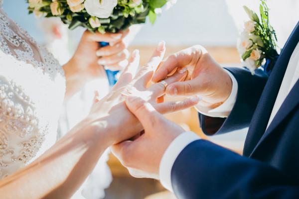 ما هو تفسير حلم المتزوجة بالزواج؟