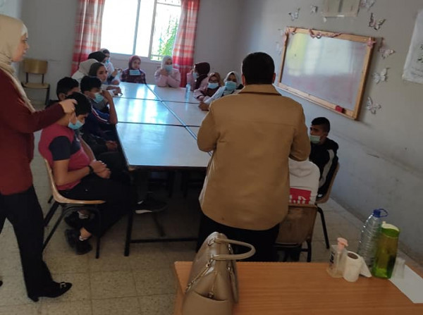 الخليل: مكتب التنمية بالبلدة القديمة يوزع طرودا غذائية