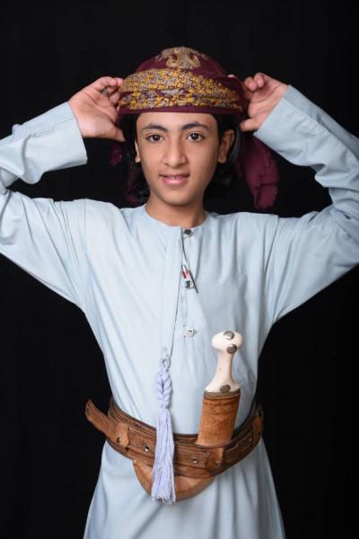 طفل يمني يهدي سلطنة عمان شيلة في يومها الوطني
